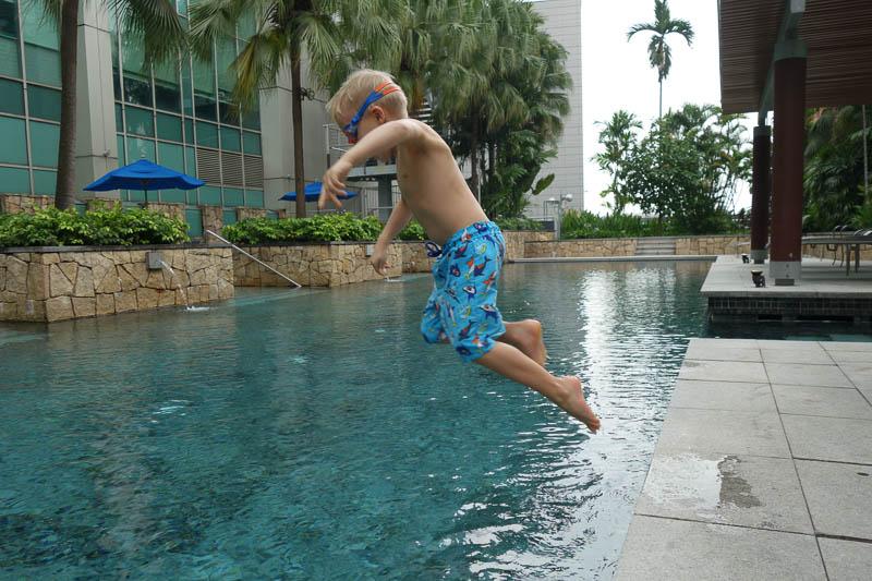 Poolbad på hotellet. En inte allt för ovanlig syn de här dagarna i Singapore.
