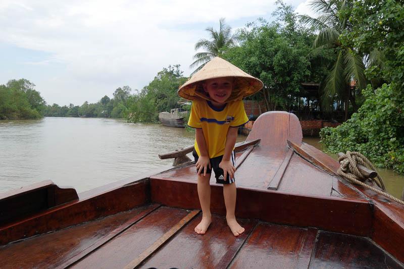Åker man på Mekongfloden i Vietnam så är det klart att man ska ha en klassisk hatt.