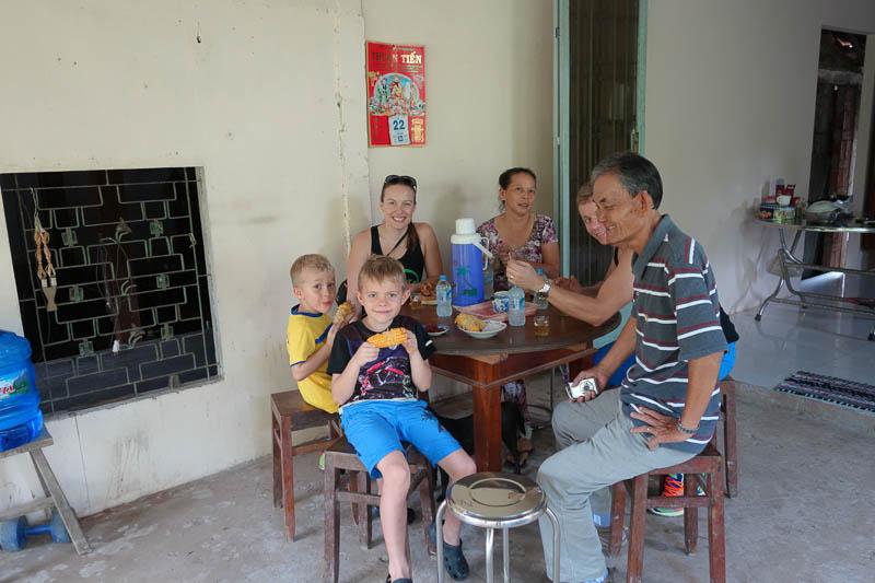 Vi besöker en vietnamesisk familj som bjuder på en massa spännande saker.
