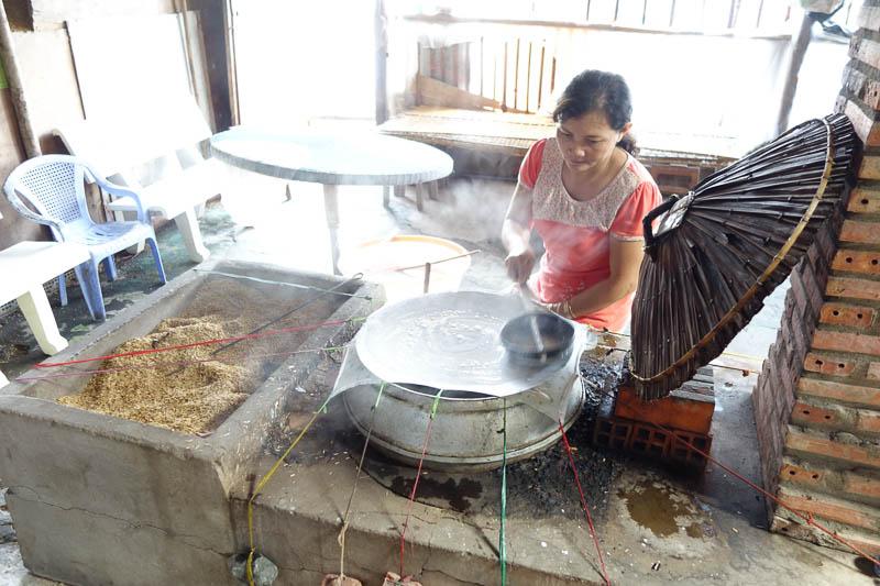 Tillagning av rispapper som ska användas som papper på kokosnötskola.