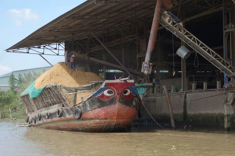 Det som transporteras mestadels på Mekongfloden är ris.