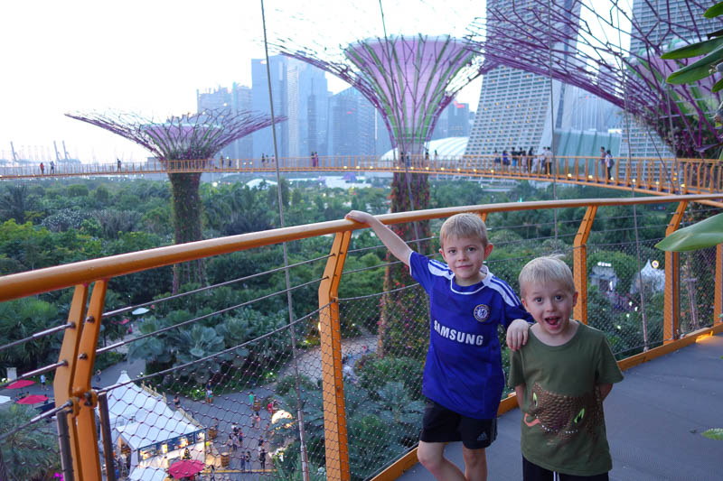 På promenad uppe bland träden. Gardens by the bay, Singapore