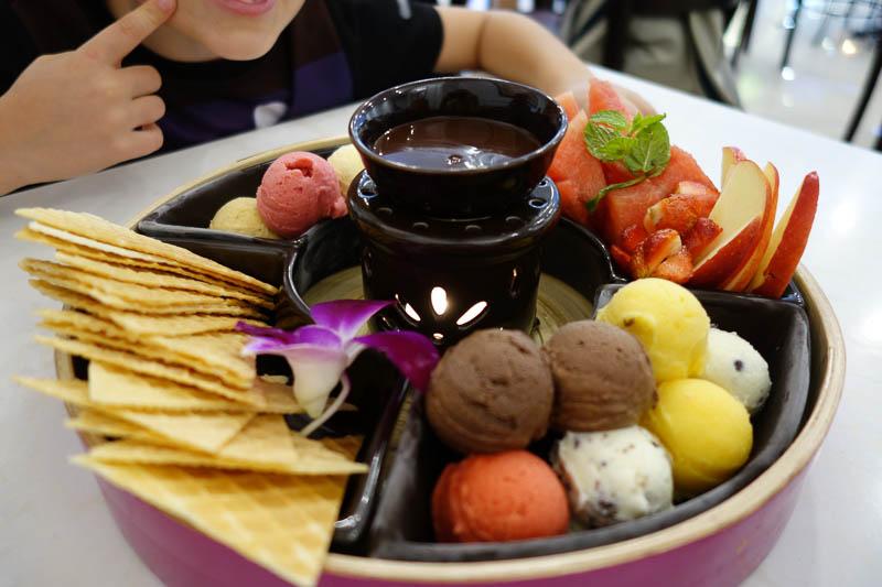14 skopor glass, chokladfondue och frukt för ynka 100 kr.