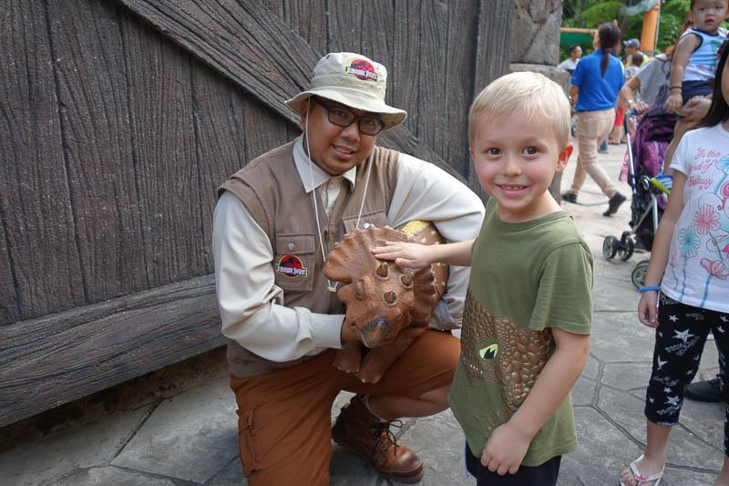 """En """"nästan"""" riktig dinosaurieunge på Universal Studios i Singapore. Hugo var lite osäker på om den var riktig eller inte då den rörde på sig väldigt naturtroget."""