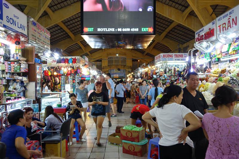 Ben Thanh market. Har öppet på dagtid och stänger under någon timme på kvällen för att sedan öppna igen senare.