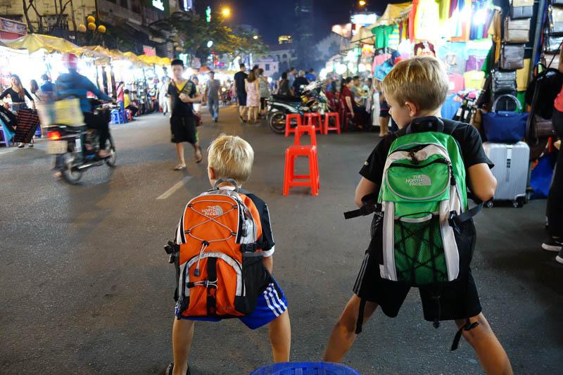 Billig shopping i Ho Chi Minh. Grabbarna fick sig varsin ny ryggsäck för 40kr/st.