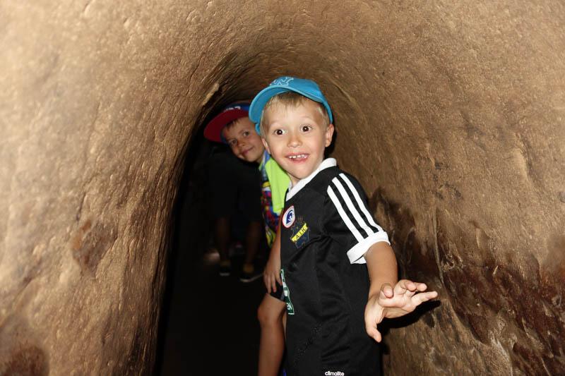 I de riktiga tunnlarna var man tvungen att åla på mage för att ta sig fram. Här kunde grabbarna stå upp.