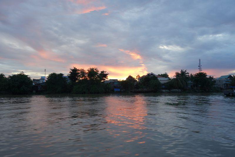 Underbar solnedgång över Mekongfloden.