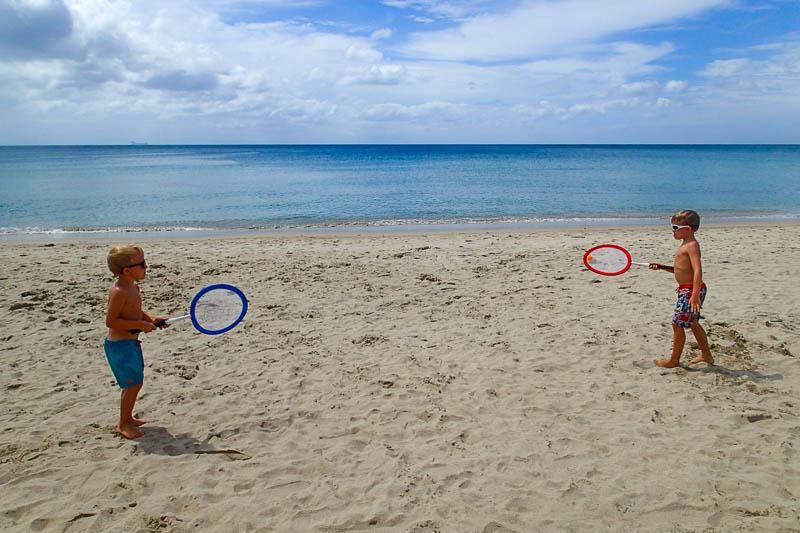 Mycket bollsporter på stranden.