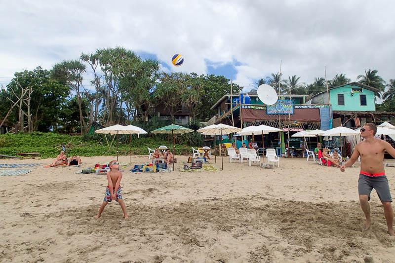 Sjuåringen är taggad för att få vara med på riktig beachvolleybollturnering och övar flitigt.
