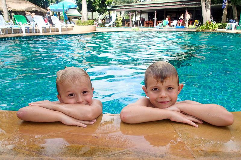 Ett dopp i poolen är skönt när skolan är slut för dagen.