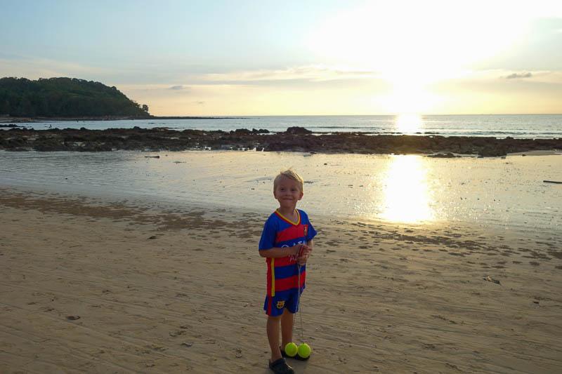 Solnedgångspromenad på stranden är bland de bästa promenaderna.