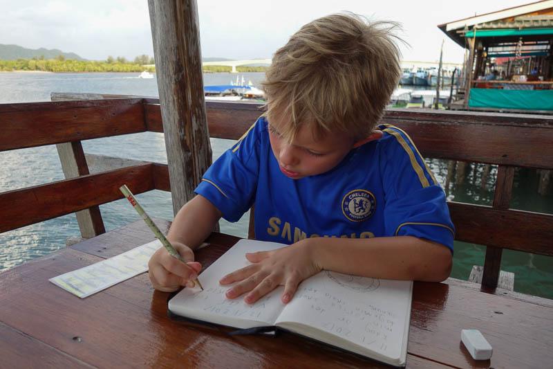 Rasmus kämpar på med sin dagbok som han skriver i varje dag. Så kul att ha!