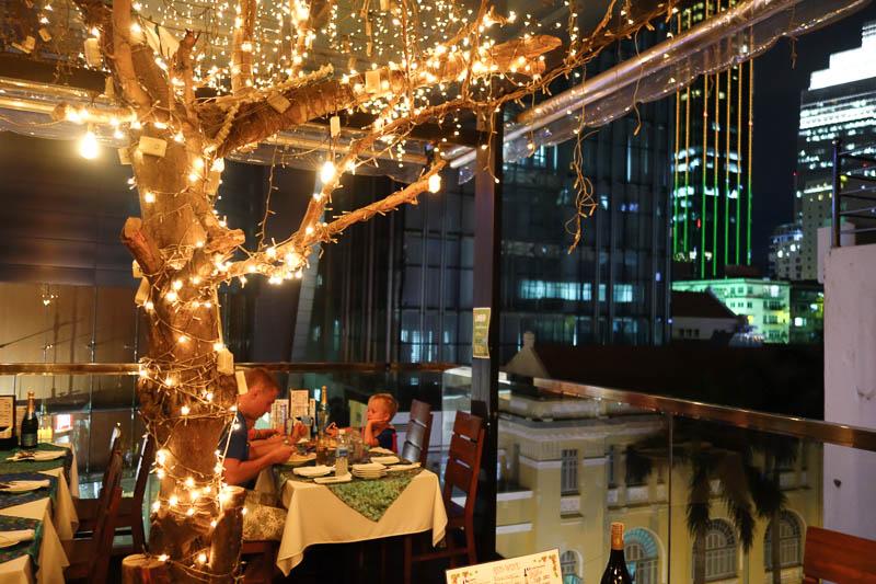 Älskar alla dessa restauranger som finns några våningar upp med uteterrass.