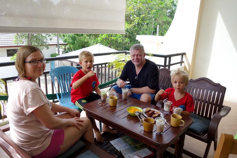 Ett litet extra kalas med glass och paket när mormor och morfar kommit till ön.