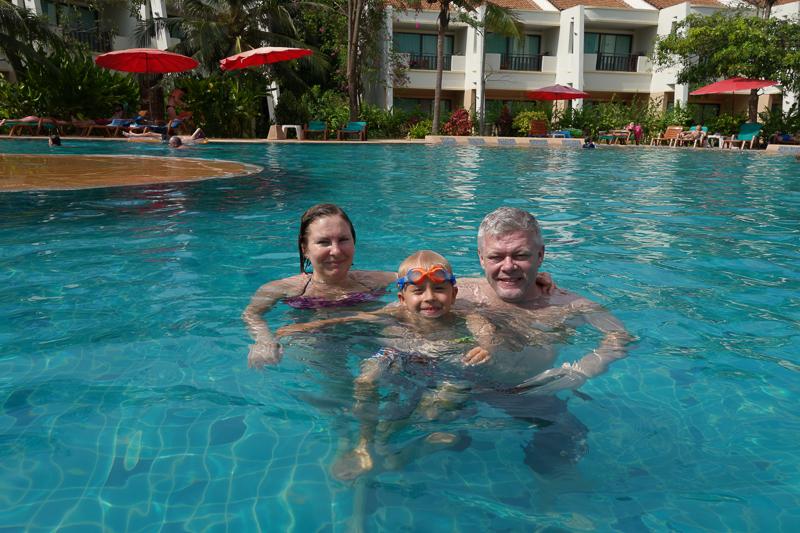 Testar poolen på Lanta Resort.