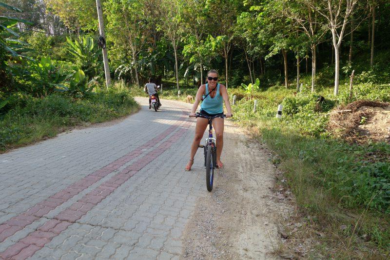 På cykeltur ute på landsbygden. Mycket närmare den thailändska kulturen kommer man inte.