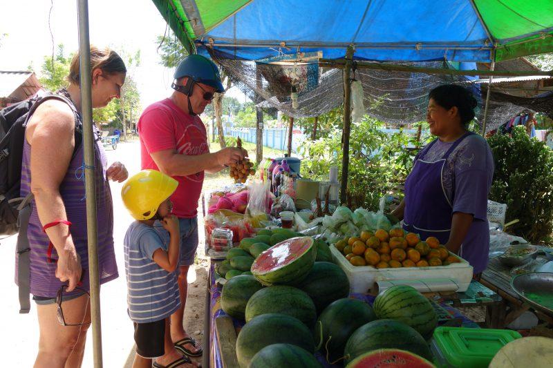 Dags för lite färsk frukt. Enda frukthandlaren som vi hittade på ön.