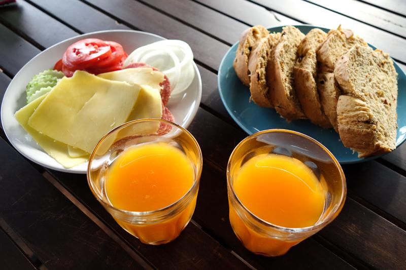 Klockan 8. Långfrukost på Lemongrass inne i Saladan. Nybakat bröd står på menyn.