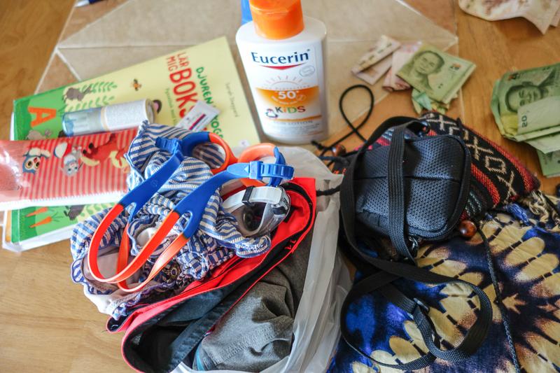 Klockan 9. Packar ihop våra saker inför en dag på stranden.