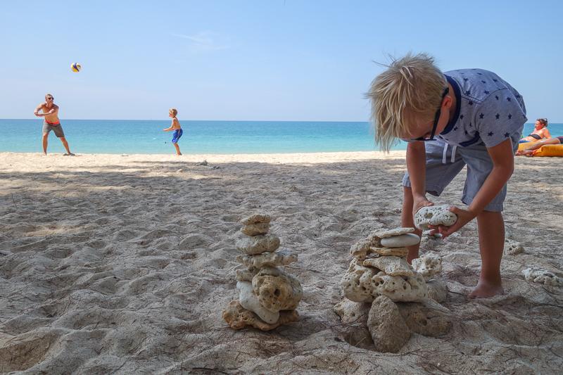 Klockan 11. Vissa har korallbyggartävling medans andra övar beachvolleyboll.