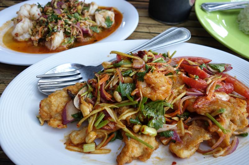 Klockan 14. Lunch på Lym´s. Riktigt bra thaisallader om än kanske i den högre prisklassen mot vad vi brukar spendera på en lunch.