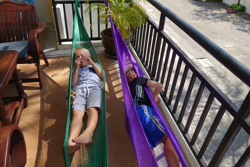Klockan 15. Hemma igen och grabbarna tar en vila hemma medan mamma och pappa går ner till stranden för en massage.