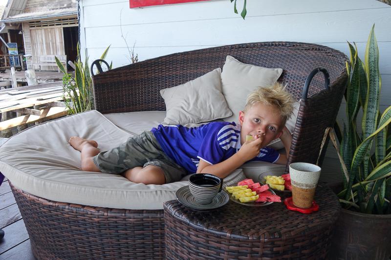 """Efter behandling på Serenity Spa så får man alltid chilla lite med frukt och te på deras """"bakgård""""."""