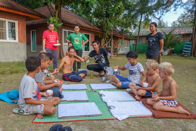 Kul att göra aktiviteter med thaibarnen och få öva både thai och engelska.