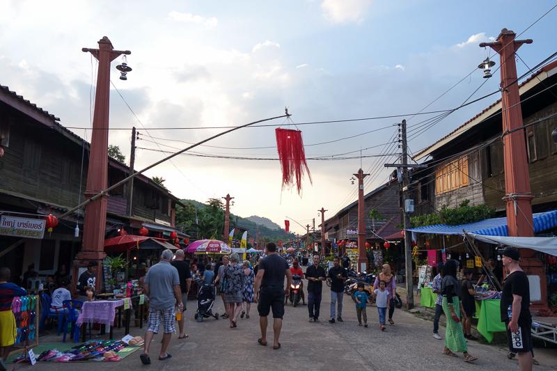 Huvudgatan i Old Town börjar fyllas på med folk.