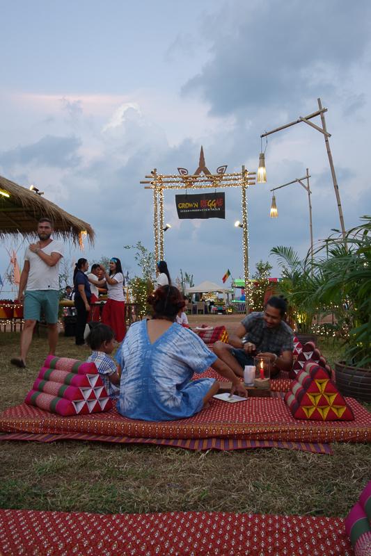 Lyxresortsen på ön hade byggt upp egna små myshörnor. Här är det Crown som bjuder på äkta thaikänsla.