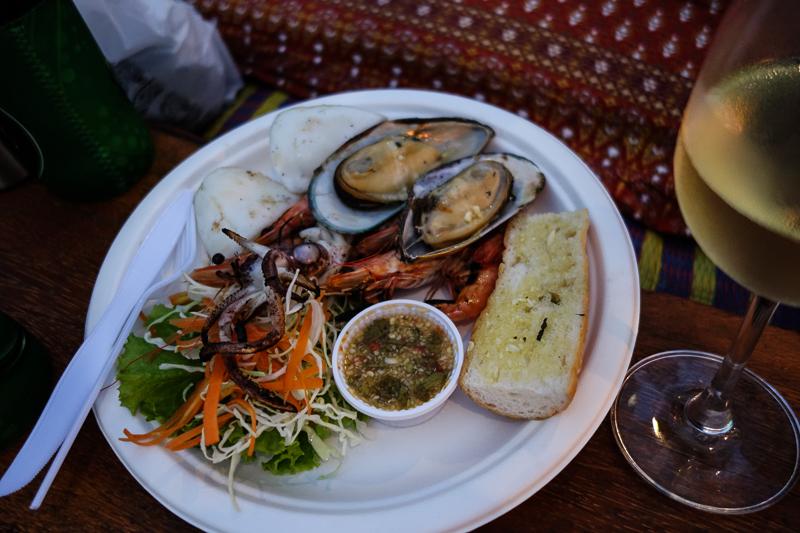 """På Crowns """"område"""" kunde vi också avnjuta en sådan här skaldjurstallrik med bläckfisk, räkor och musslor för ynka 79 bath. Lite känsla liknande """"smaka på Stockholm"""""""