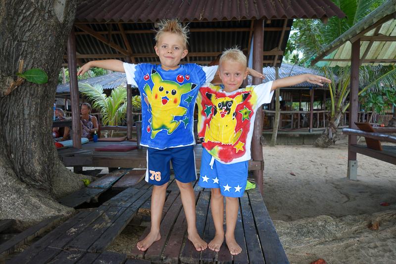 Stolta över sina nya och egengjorda batiktröjor.