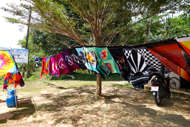 Batik i långa rader på Lanta Noi.