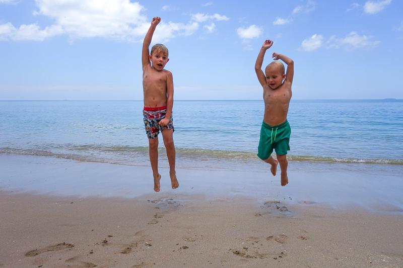 Lyckohopp på stranden.