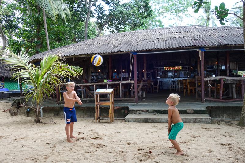 Båda grabbarna övar ihärdigt på beachvolleybollen.