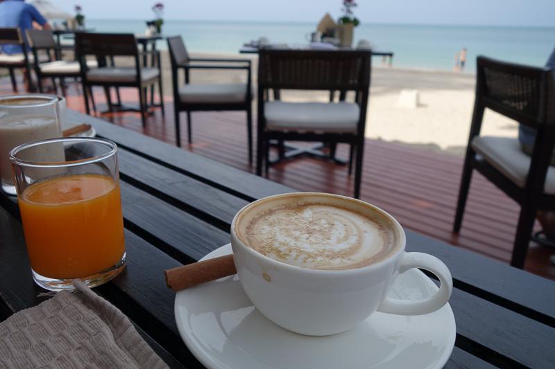 Konsten att dricka så många cappuccino som möjligt på en förmiddag kan man öva på när man äter Layanas frukost.