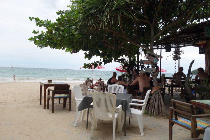 Tomma bord på restaurangerna också. Inte vanligt vid lunchtid på just det här haket.