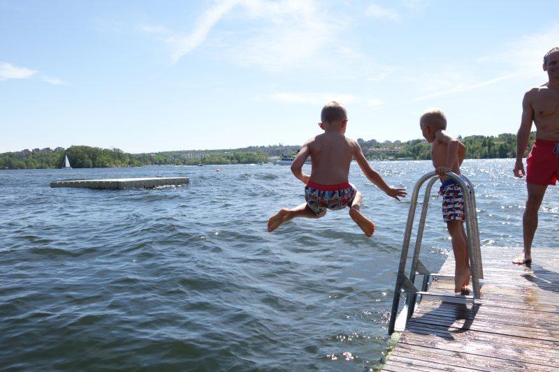 Årets första dopp i Mälaren. Solviksbadet levererar om än med mycket folk.