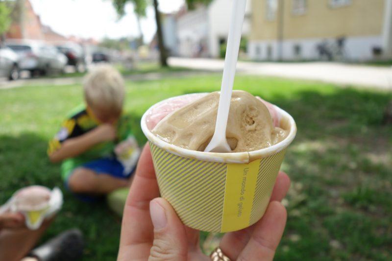 Bästa gelaton hittar ni, om ni frågar oss, på Gelato Scarfo i Ålsten. Bara den värd ett besök. Men räkna med att spendera lite tid i den långa kön som ringlar ut från butiken.