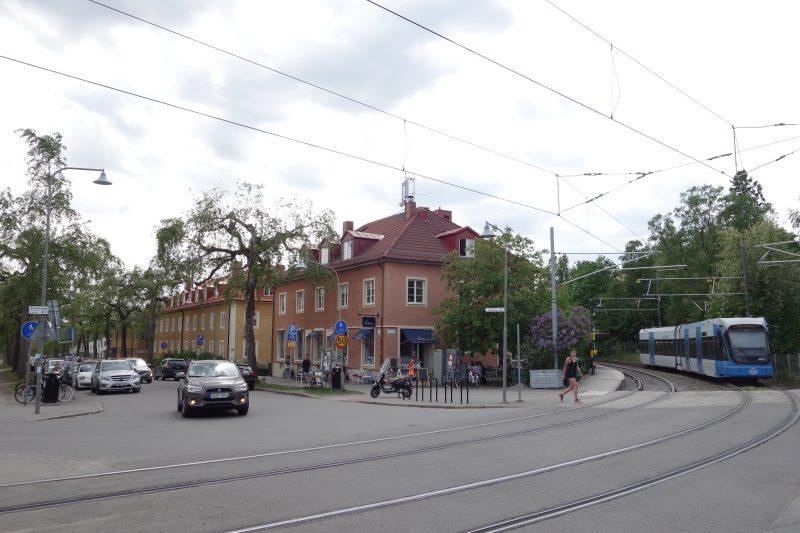 Ålsten i Bromma är ett riktigt smultronställe med sina pittoreska, gamla hus i långa längor. Här kan man strosa runt och bara njuta.