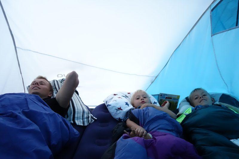Mysig och spännande att somna i tältet. Men vart ska jag få plats?