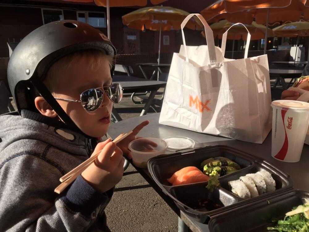 När yngste sonen får välja så blir det sushi alla dagar i veckan.